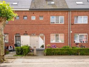 Deze gezellige woning is gelegen in een rustige residentiële wijk in Mortsel. Ze is goed bereikbaar via tram en bus en ligt tevens op een steenwo