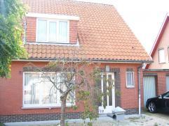 Verzorgde arbeiderswoning met garage en tuin gelegen in een rustige residentiële wijk (Duffel). Indeling: Op het gelijkvloers heeft men de inkom
