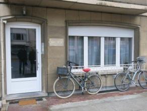 Ruim gelijkvloersappartement (113 m²) met drie slaapkamers gelegen aan één van de belangrijkste invalswegen (Jan Van Rijswijcklaan)