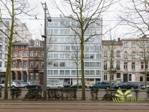 Dit instapklare appartement met panoramisch zicht vinden we terug op de 7de verdieping van een verzorgd gebouw (naast de Marnixplaats en kortbij het M