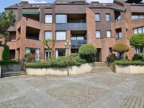Mooi en ruim gelijkvloers appartement in een rustige residentie aan het pleintje in de Driezenstraat. Bestaande uit een ruime living en eetkamer,veran