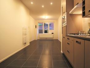 Leuk gelijkvloers appartement. Rustig gelegen en kort bij centrum. Kwaliteitsvol gerenoveerd. Moderne living met open keuken voorzien van alle toestel