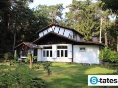 Charmant huisje in rustige, bosrijke omgeving. Deze woning werd gebouwd op een prachtig perceel van circa 5.000m2 temidden van een mooi groen gebied.