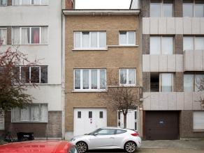 Gezellige gezinswoning op rustige doch centrale ligging. De woning omvat een ruime inpandige garage, wasberging met aansluiting voor een extra toilet,