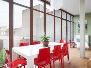 Dit warm en tijdloos appartement is gelegen in de residentie Arboretum vlakbij het Centraal Station te Antwerpen. Deze duplex heeft een woonkamer met