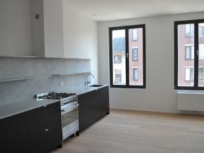 Wonen doet u hier op een boogscheut van het Antwerpse zuid. Het appartement, met een werkelijke hoogwaardige afwerking, is gelegen op de tweede verdie