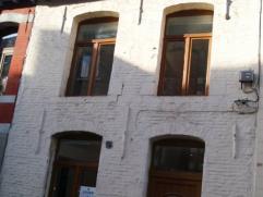 A proximité du centre, proche des écoles et commerces, agréable maison en Triplex en bon état comprenant : Rez : salle &ag