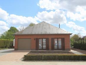 Deze zeer rustig gelegen bungalow is ideaal gelegen vlakbij het centrum in een rustige straat en met een zuidelijk georiënteerde tuin die uitkijk