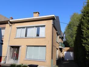 Dit modern ingericht gelijkvloers appartement in het centrum van Beveren met ruime garage en tuin, heeft de volgende indeling: inkomhal, ruime living,