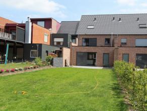 Deze ruime en luxueuze nieuwbouwwoning in het centrum van Beveren heeft volgende indeling op de gelijkvloerse verdieping: inkomhal met trap, ruime liv