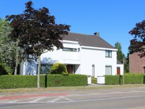 Deze prachtige villa uit de jaren '70 is ideaal gelegen vlakbij het centrum van Beveren. Door zijn ligging geniet de woning tevens een goede bereikbaa