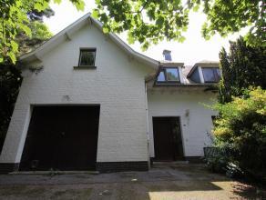 Een op te frissen villa, in een rustige woonwijk, op 929 m² met zuid oriëntatie te koop.  De woning is ideaal gesitueerd vlakbij de Haven Va