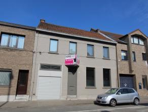 Deze mooie gerenoveerde woning is gelegen in het centrum van Beveren en heeft volgende indeling op het gelijkvloers: ruime inkomhal met natuurstenen v