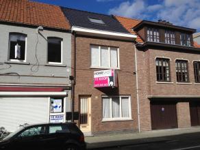 Deze knusse rijwoning is gelegen in het centrum van Beveren en heeft volgende indeling op het gelijkvloers: een inkomhal, een living, een ruime nieuwe