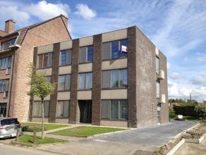 Dit dakappartement is gelegen op de 2e verdieping van een klein appartementsgebouw nabij het centrum van Beveren.  Het appartement heeft volgende inde