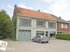 Handelspand met woonst op een visibele commerciële toplocatie te Wommelgem.   Op de gelijkvloerse verdieping bevindt zich een handelsruimte van
