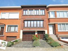 Verzorgde bel-étage met 3 slaapkamers, garage met atelier en tuin op toplocatie in Deurne!  Deze woning met voortuin en oprit geniet volgende