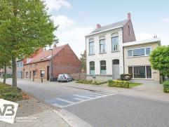 Te renoveren eengezinswoning met 3 slaapkamers en terras te Wommelgem!  Deze charmante woning met oprit, voor- en zijtuin geniet volgende indeling: