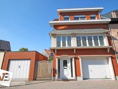 Deze mooie en instapklare bel-étage beschikt over de volgende indeling: Op het gelijkvloers bevindt zich een inkomhal, garage, 2 bergruimtes,(