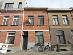 Volledig gerenoveerde woning met behoud van authentieke elementen!  Deze mooie woning werd volledig gerenoveerd (2009) met behoud van authentieke ma