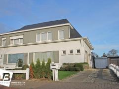 Deze ruime en verzorgde half open bebouwing te Wommelgem met grote tuin en garage geniet volgende indeling:  Op het gelijkvloers bevindt zich de ink