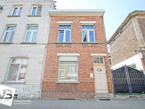 Charmante doch deels te renoveren half open bebouwing met twee slaapkamers te Deurne.  De woning beschikt op het gelijkvloers over een inkomhal die