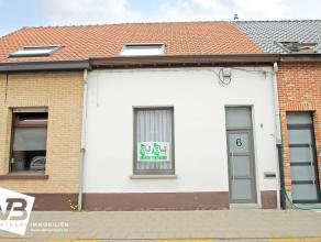 Recent gerenoveerde rijwoning met twee slaapkamers en grote tuin op toplocatie te Wommelgem.  Deze mooie woning geniet op het gelijkvloers een inkom