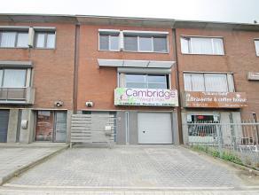 Ruime bel-etage woning met vier slaapkamers te Wommelgem.  Deze ruime woning geniet op het gelijkvloers een inkomhal, gastentoilet, hobbyruimte, was
