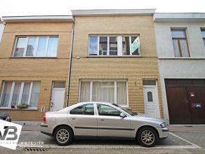 Zeer verzorgde eengezinswoning met drie slaapkamers en terras op centrale locatie te Berchem.  Deze mooie woning geniet op het gelijkvloers een inko