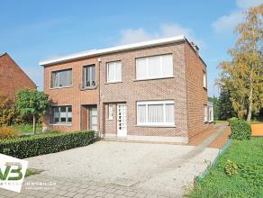 Charmante op te frissen half-open bebouwing op centrale locatie te Kessel.<br /> <br /> Deze woning geniet op het gelijkvloers van een inkomhal die