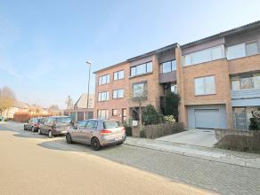 Volledig gerenoveerde bel-étage met drie slaapkamers en tuin op toplocatie te Wommelgem!<br /> <br /> Deze instapklare woning werd gebouwd in 1