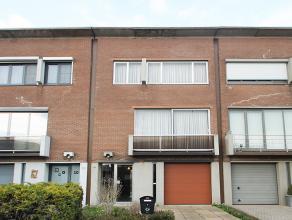 Ruime op te frissen bel-étage met vier slaapkamers te Wommelgem.<br /> <br /> Op het gelijkvloers treffen we een inkomhal, inpandige garage, wa