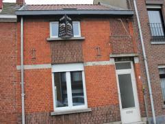 In het centrum van Assenede ligt deze net gerenoveerde woning met koer. De woning is voorzien van een nieuw dak, isolatie, 2 slaapkamers, woonkamer,