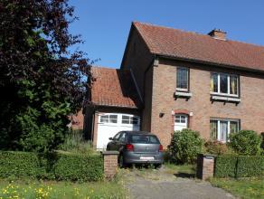 Rustig gelegen woning gesitueerd in Drongen. Ze heeft een ruime woonkamer met toegang naar de aparte eetplaats, keuken. 3 volwaardige slaapkamers, ba