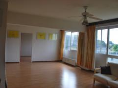 IN OPTIE !! Ruim appartement met 3 slaapkamers! Rustig gelegen appartement, doch nabij stadscentrum, E40, scholen, winkels, .... Appartement, gelegen