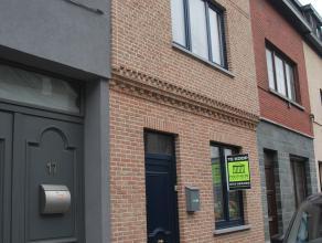 Leuke stadswoning met atelier! De woning omvat een aparte inkomhal, salon, eetplaats, keuken, badkamer, berging, atelier (eventueel af te breken en om