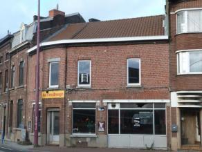 Maison de commerce idéalement située le long d'une grand route fortement fréquentée, anciennement à usage de caf&ea