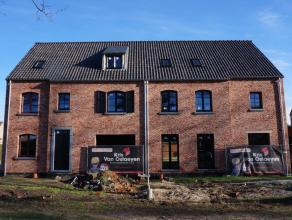 Stijlvolle nieuwbouwwoning met 3 slaapkamers, garage en tuin in groene omgeving nabij het centrum. Bestaande uit: inkomhal met gastentoilet, grote woo