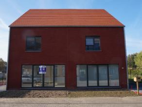 Prachtige moderne nieuwbouwwoning met 3 slaapkamers in centrum van Olen. Deze woning bestaat uit inkomhal met gastentoilet, berging, eetkamer met voll