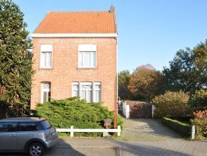 Zeer ruime, te renoveren woning in het dorpscentrum van Bouwel nabij openbaar vervoer en tal van scholen. Het gelijkvloers omvat een inkomhal, ruime l