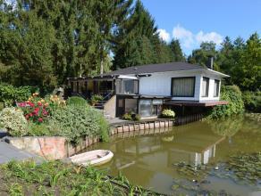 Rustig gelegen buitenverblijf met mooie grote aangelegde vijver op een perceel van 4029m². Deze woning omvat een inkom, living, keuken, veranda,