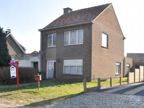 Op te frissen woning met 3 slaapkamers gelegen nabij het centrum van Nijlen. Deze woning bestaat uit een inkomhal, apart toilet, berging, wasplaats en