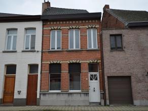Gesloten bebouwing met 3 slaapkamers en ruime tuin, gelegen in de dorpskern. Aan de straatzijde is een poortje om de woning langs de achterzijde te ku
