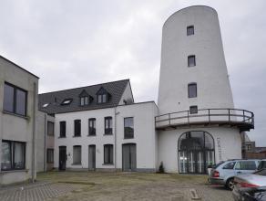 Zeer ruim recent appartement in het centrum van Nijlen nabij openbaar vervoer en scholen. Het appartement omvat een inkom, apart toilet, grote lichte
