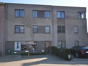 Zeer goed gelegen handelspand met vele mogelijkheden; winkel / kantoor / opbrengsteigendom,... in het centrum van Nijlen. Parking zowel vooraan als ac