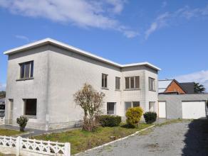 Te renoveren woning op een perceel van 745m² met magazijn/atelier van ca. 200m². Deze woning omvat een inkomhal, lichte leefruimte met haard
