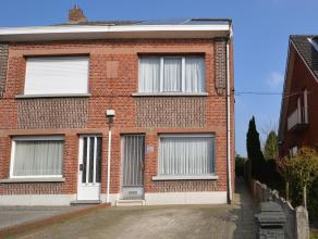 Instapklare woning met 3 slaapkamers nabij het centrum van Nijlen. Deze woning omvat een mooie living, nieuwe ingerichte keuken en badkamer, 3 slaapka
