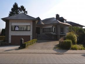 Ruime op te frissen open bebouwing met bew. opp. van +/- 400m² in het centrum van Nijlen. Deze woning beschikt over 3 mooie leefruimtes verdeeld