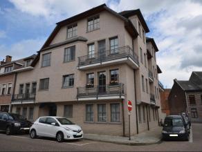 Zeer mooi dakappartement in centrum van Lier doch rustig gelegen, met privelift tot in de woonruimte. Het appartement heeft verder 2 slaapkamers, een