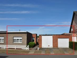 Halfopen bebouwing op perceel van 340m² met 2 garages en tuin. Indeling: Inkomhal, lichte leefruimte (33,5m²) met gaskachel, slaapkamer (15m